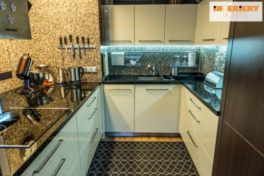 Dostatek pracovního a manipulačního prostoru je základem každé funkční kuchyně.